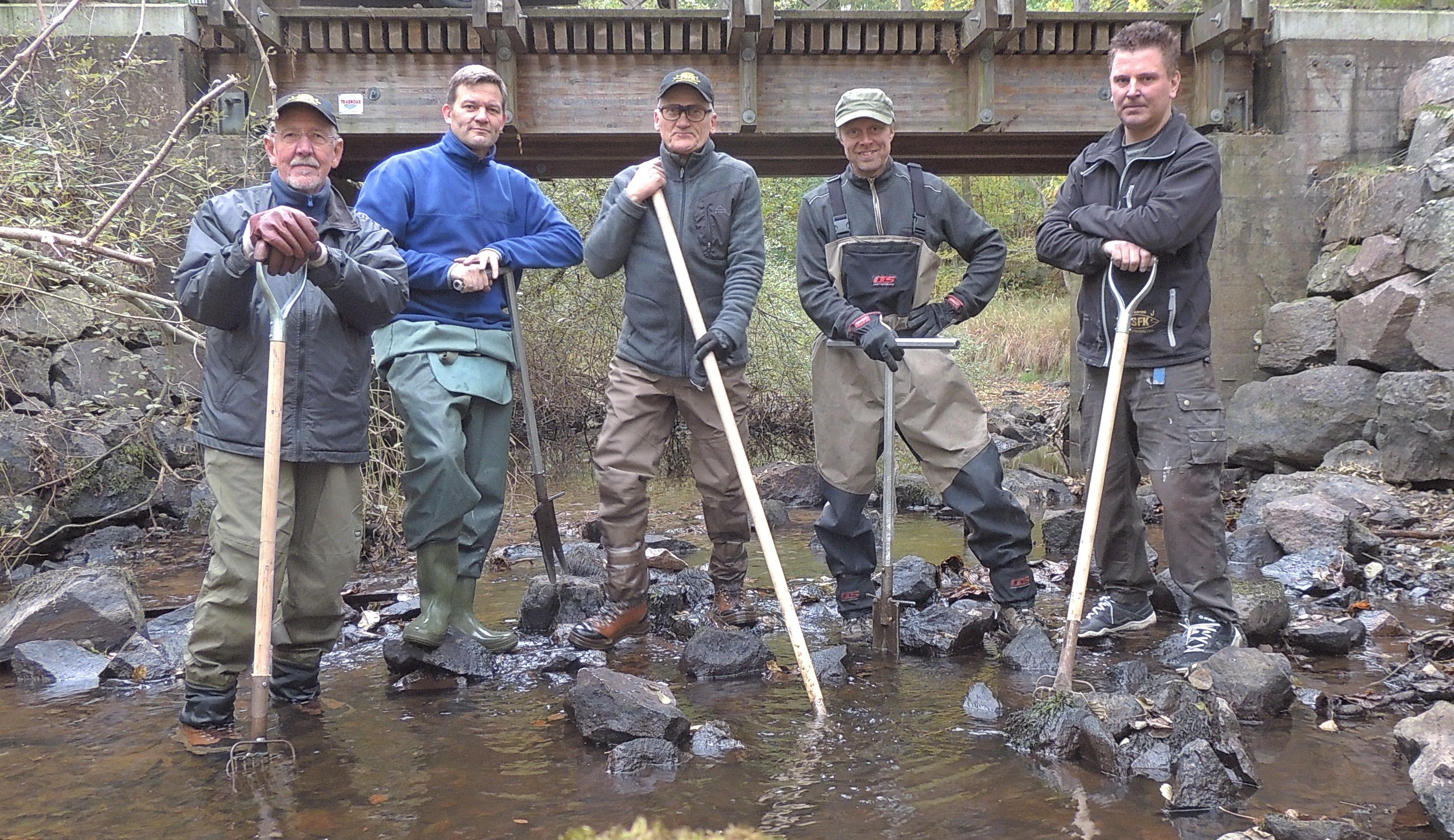 Fliseryds Sportfiskeklubbs Biotopvårdsgrupp som arbetat med åtgärden i Cylinderkvillen (dock saknas en person på bilden).